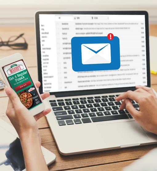 La persona recibe el correo electrónico con el Cupón incorporado en la computadora y abre el Cupón Digital en su celular.