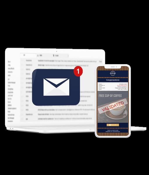 Cupón Digital de un solo uso en el celular junto la computadora con la bandeja de entrada del correo electrónico abierta.