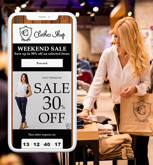 Femme dans un magasin de vêtements avec un coupon électronique de vêtements sur un smartphone.