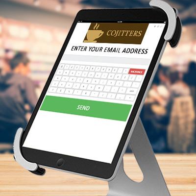 Software para Quiosque de Mobile Marketing Coupontools em um notebook e um Quiosque Digital em um tablet.